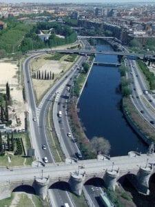 33 puentes históricos y modernas pasarelas conviven en el río Manzanares a su paso por Madrid