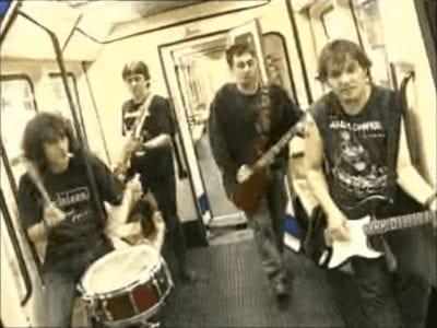 Porretas en Metro de Madrid | Fotograma del vídeo Pongamos que hablo de Madrid - Porretas | 2008
