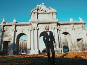 Aquí está Madrid | Kiko Barriuso y la RE Big Band | Fotograma del videoclip | Puerta de Alcalá de Madrid