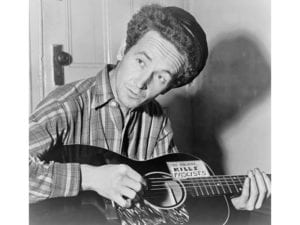 Woody Guthrie | This Land Is Your Land | En 1943 con su guitarra | 'This machine kills fascists'