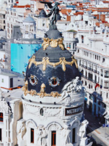 Tu primera vez en Madrid | Detalle del Edificio Metrópolis | Calle de Alcalá | Madrid | Foto Alberto Robledano