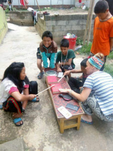 Encuentro Tumaini Madrid 2020 | Viajes Solidarios Tumaini | Pangea The Travel Store | 15/02/2020 | Niños y voluntaria en Nepal