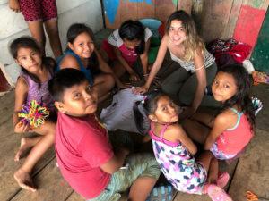 Encuentro Tumaini Madrid 2020 | Viajes Solidarios Tumaini | Pangea The Travel Store | 15/02/2020 | Niños y voluntaria en Perú