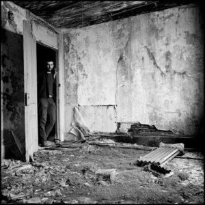 La destrucción del Bajo Manhattan de Danny Lyon | Museo ICO | 'Autorretrato en una habitación de hotel abandonada en la calle West' (1967) | © Danny Lyon / Magnum Photos