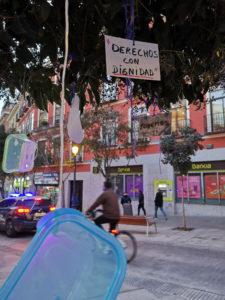 Las huellas del hambre en Madrid   Árbol decorado por Círculo de Podemos Madrid   Plaza de Lavapiés   Foto Podemos Madrid