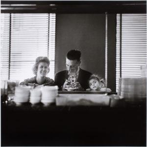 Gerardo Vielba, fotógrafo, 1921-1992   Sala Canal de Isabel II   19/05-25/07/2021   Autorretrato en familia (Madrid, 1962)