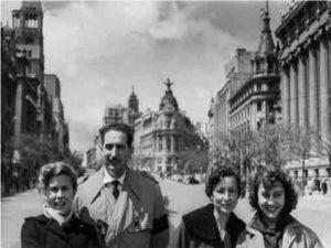Gerardo Vielba, fotógrafo, 1921-1992   Sala Canal de Isabel II   19/05-25/07/2021   Por la calle de Alcalá (Madrid, 1954)